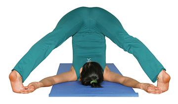 piernas separadas en balasana  asanas avanzadas  yogaes